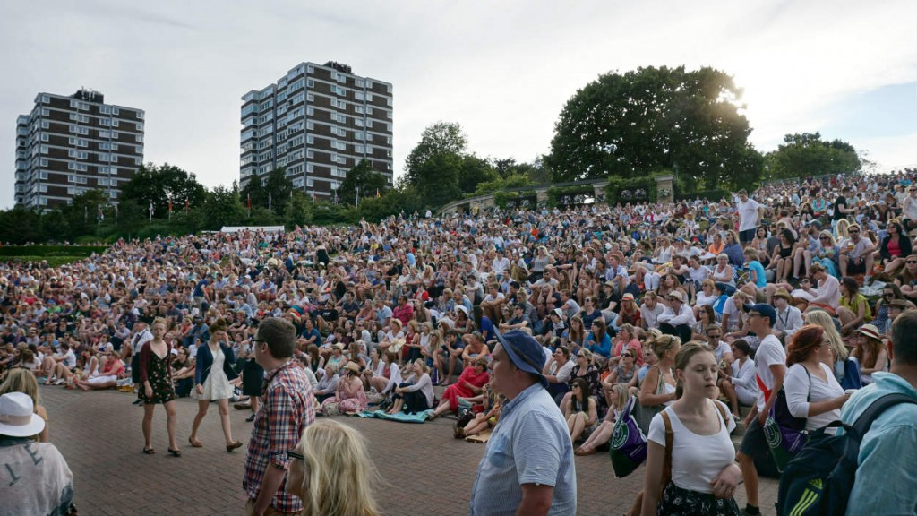The packed Henman Hill