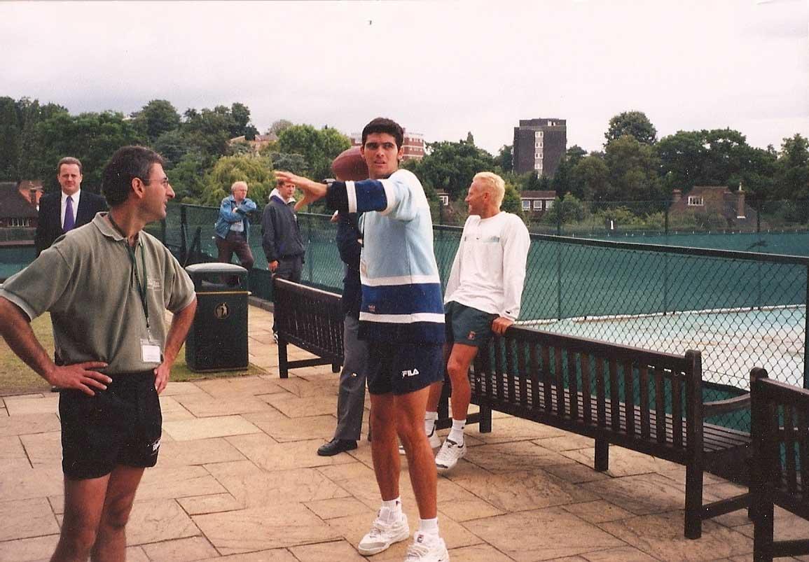 Ο Mark Philippoussis εξασκεί το σερβίς με μπάλα του rugby. Δεκαετία 1990.