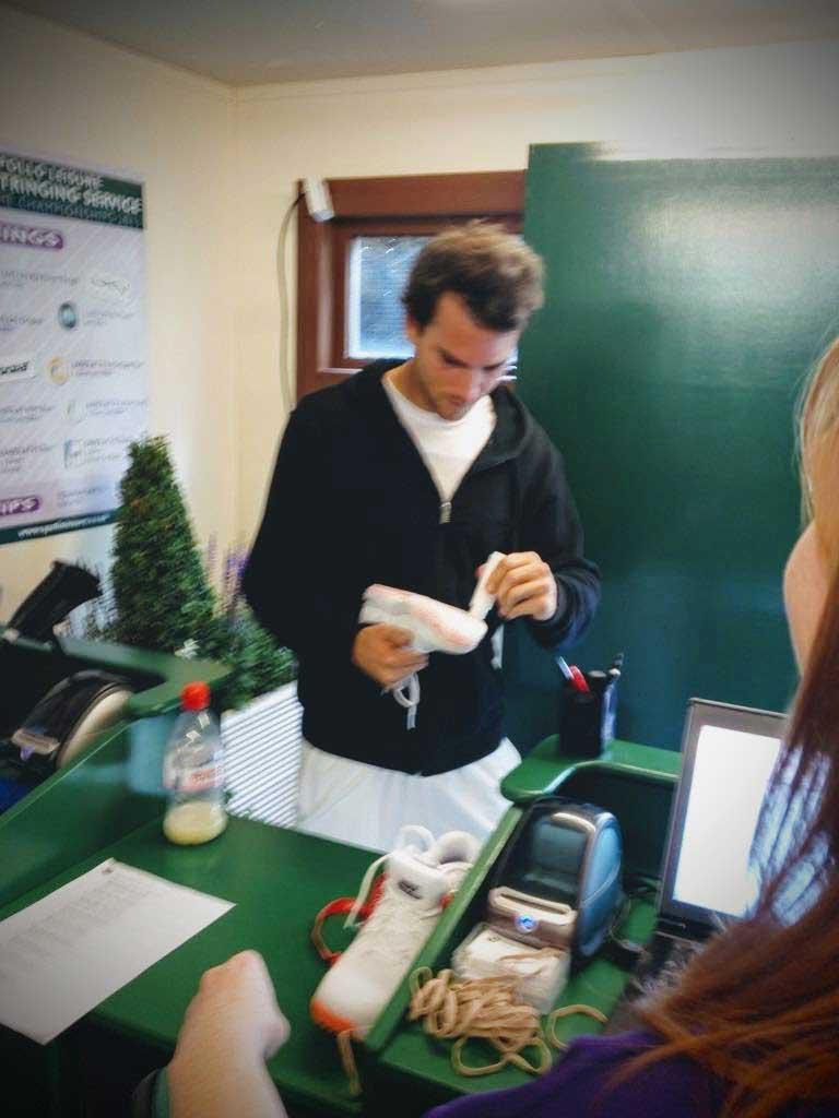 Ο Adrian Mannarino βάφει τις σόλες των παπουτσιών του με λευκό μελάνι, σύμφωνα με τους κανονισμούς του Wimbledon Championships